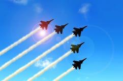 Militärische aerobatic Jets unter blauem Himmel während der Flugschau Lizenzfreie Stockfotos