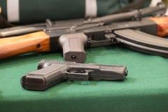 Militärische Ausrüstung, Pistolen und Gewehre Lizenzfreies Stockfoto