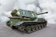 Militärische Ausrüstung Selbstfahrhaubitze auf Bahnen Hinter-Ansicht von der Seite lizenzfreie stockfotografie