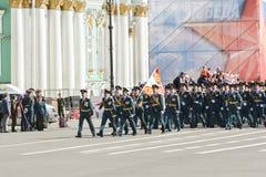 Militärische Einheit mit einer Flagge auf dem Marsch Lizenzfreie Stockfotos