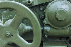 Militärischer grüner Hintergrund mit Artilleriemechanismus lizenzfreies stockfoto