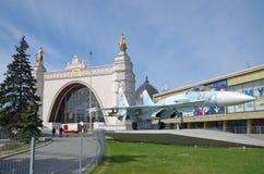 Militärkämpfer Su-27 und das Pavillon ` sperren ` bei VDNKh in Moskau, Russland stockbild