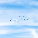 Militärkämpfer und Angriffsflächen im Himmel Lizenzfreies Stockbild