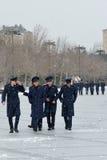 Militärkadetten auf Baku Bulvar im Schnee, in der Hauptstadt von Aserbaidschan Lizenzfreies Stockbild