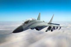 Militärkampfflugzeug an der hohen Geschwindigkeit, hoch fliegend in den Himmel Lizenzfreie Stockfotos