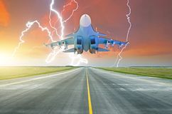 Militärkampfflugzeug fliegt Rollbahn am Flughafen Blitzschlag auf Sonnenunterganggewitter Stockbild