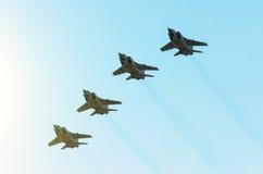Militärkampfflugzeug vier im Himmel Lizenzfreies Stockfoto