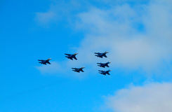 Militärkampfflugzeug während der Demonstration Stockbilder