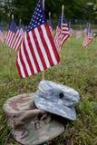 Militärkappe und amerikanische Flaggen Lizenzfreie Stockfotos