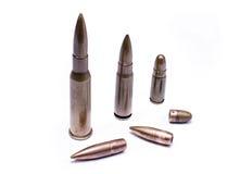 Militärkonzept: Patronen und Kugeln von 7 Kaliber 62 lokalisiert auf weißem Hintergrund Lizenzfreies Stockfoto