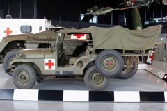 Militärkrankenwagenjeep des roten Kreuzes im nationalen Militärmuseum in Soesterberg, die Niederlande Stockfotografie