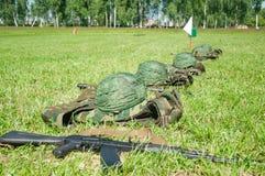 Militärlager Sturzhelme in Folge lizenzfreie stockfotografie