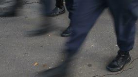 Militärmarschieren in die Parade stock footage