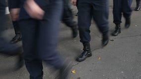 Militärmarschieren in die Parade stock video