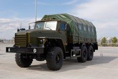 Militärmaschinen, Autos und Behälter auf der Ausstellung Stockbilder