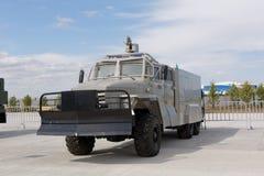 Militärmaschinen, Autos und Behälter auf der Ausstellung Lizenzfreies Stockbild
