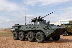 Militärmaschinen, Autos und Behälter auf der Ausstellung Stockfotografie