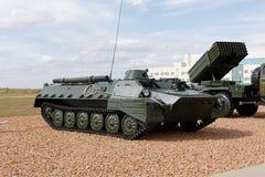 Militärmaschinen, Autos und Behälter auf der Ausstellung Lizenzfreies Stockfoto