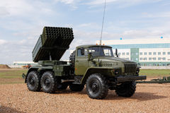 Militärmaschinen, Autos und Behälter auf der Ausstellung Lizenzfreie Stockfotografie