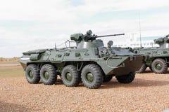 Militärmaschinen, Autos und Behälter auf der Ausstellung Lizenzfreie Stockbilder