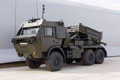 Militärmaschinen, Autos und Behälter auf der Ausstellung Stockfoto