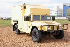 Militärmaschinen, Autos und Behälter auf der Ausstellung Stockfotos
