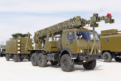 Militärmaschinen, Autos und Behälter auf der Ausstellung Lizenzfreie Stockfotos