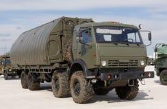 Militärmaschinen, Autos und Behälter auf der Ausstellung Stockbild