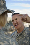 Militäroffizier-Yelling At Female-Soldat lizenzfreie stockfotos
