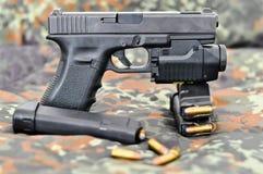 Militärpistole mit Laser/Leuchtemodul Stockbilder