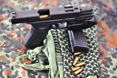Militärpistole mit Laser/Leuchtemodul Stockfotografie