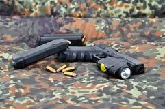Militärpistole mit Laser/Leuchtemodul Lizenzfreie Stockbilder