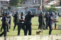 Militärpolizei stoßen zusammen Stockfotos