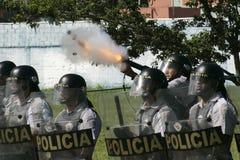Militärpolizei stoßen zusammen Stockbild