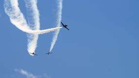 Militärpropellerflugzeuge, die in die Gruppe fliegen Stockfotografie