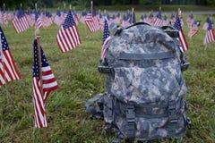 Militärrucksack und amerikanische Flaggen Stockfoto