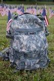 Militärrucksack und amerikanische Flaggen Lizenzfreie Stockbilder