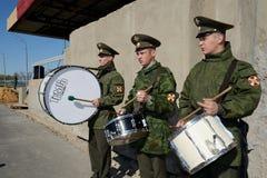 Militärschlagzeuger, die auf den Paradeplatz marschieren Lizenzfreie Stockfotografie