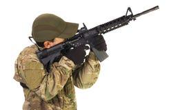 Militärsoldat, der oben Riffle zeigt Lizenzfreie Stockbilder