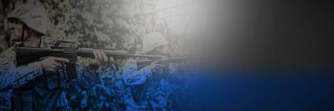 Militärsoldater som siktar med gevär fotografering för bildbyråer