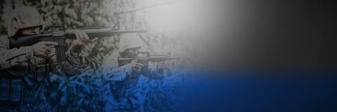 Militärsoldater som siktar med vapen arkivfoton