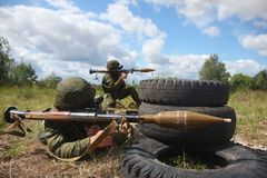 Militärsoldatgranatwerfer lizenzfreie stockfotografie