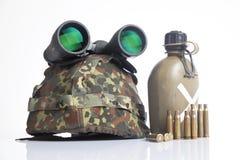 Militärsturzhelm und Kugeln stockfoto