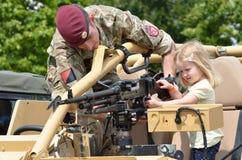 Militärtätowierung COLCHESTER ESSEX Großbritannien am 8. Juli 2014: Kleines Mädchen, das Maschinengewehr gezeigt wird Stockfoto