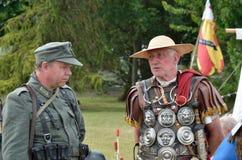 Militärtätowierung COLCHESTER ESSEX Großbritannien am 8. Juli 2014: Römischer Soldat, der zum Deutschen plaudert Stockbild