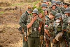 Militärt beträffande - enactors i tyskt enhetligt världskrig II tyska soldater Fotografering för Bildbyråer