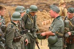 Militärt beträffande - enactors i tyskt enhetligt världskrig II tyska soldater Royaltyfri Bild