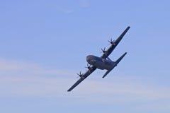 Militärt flygplan i skyesna Royaltyfria Bilder