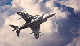 Militärt flygplan på en airshow Arkivfoto