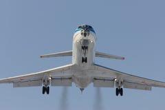Militärt flygplan Tu-134 landar Royaltyfri Fotografi